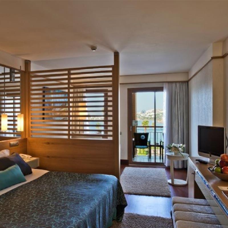 Türkiye'nin doğa harikası bölgesi Bodrum Akyarlar'da denize sıfır konumdaki Kefaluka Resort, Ege'nin eşsiz maviliğini kucaklıyor.