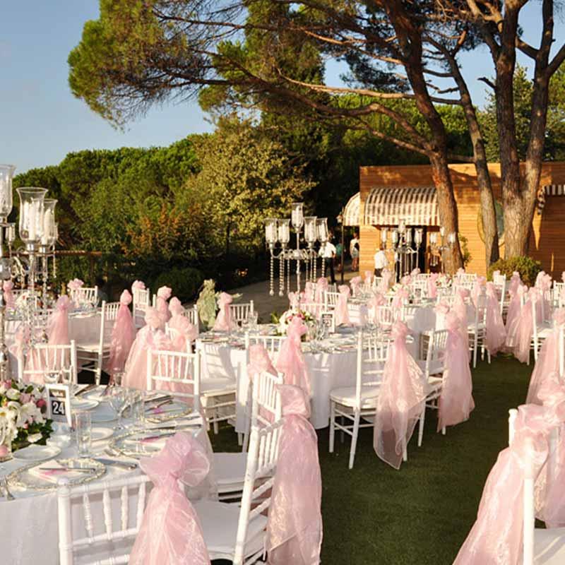 Secret Garden İstanbul Yeniköy'de yeşillikler içinde açık ve kapalı alanı bulunan ve birçok organizasyona ev sahipliği yapan, müşteri memnuniyeti odaklı bir mekan olarak hizmet vermektedir.